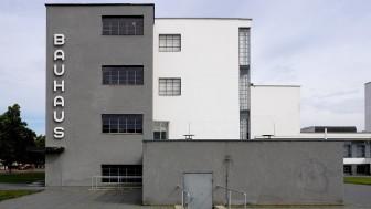 Die Anordnung quader-förmiger Baukörper mit rechteckigen Fenstern und flachem Dach wird prägend für die Architektur der Moderne.