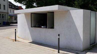 Die Trinkhalle spiegelt in vielfacher Form die Grundprinzipien der Bauhausarchitektur wider und ist geprägt vom Minimalismus in der Architektur. Für Ludwig Mies van der Rohe wurde dieser Stil in der Folge ein wichtiges Leitmotiv. Die Trinkhalle ist integriert in eine lange weiße Mauer, die den Garten der Gropius-Villa, dem ersten der Dessauer Meisterhäuser umgrenzt.
