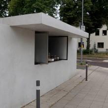 Die Trinkhalle spiegelt in vielfacher Form die Grundprinzipien der Bauhau-architektur wider und ist geprägt vom Minimalismus in der Architektur. Für Ludwig Mies van der Rohe wurde dieser Stil in der Folge ein wichtiges Lei-motiv. Die Trinkhalle ist integriert in eine lange weiße Mauer, die den Garten der Gropius-Villa, dem ersten der Dessauer Meisterhäuser umgrenzt.