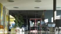 """Das Mosaik von Helmut Lander, die Erinnerungswand an die Weltkriege im Foyer und die Skulpturen von Bernhard Heiliger """"Figuren in Beziehung"""" atmen den Zeitgeist der 1950er Jahre."""
