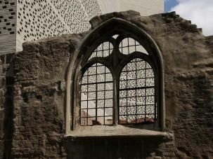 Auf den Fundamenten einer im Krieg zerstörten romanischen Kirche, der St. Kolumba, mitten in der Altstadt von Köln entstand der Neubau.
