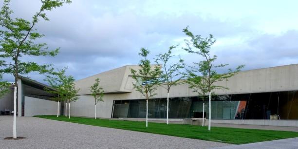 Feuerwache bei Vitra in Weil am Rhein. Das Gebäude besteht aus einer großen Wagenhalle für die Feuerwehrfahrzeuge und einem zweistöckigen Teil, der die Aufenthalts- und Sozialräume für die Mannschaft beherbergt.