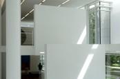 Im Inneren des Baus dominiert die weiße Farbe. Freistehende Wandelemente teilen die Räume ab. Die Durchbrüche schaffen interessante Blickachsen.