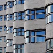Das Shell-Hochhaus in Berlin. Die konsequente, horizontale Gliederung durch die Fensterbänder fügt den Bau zu einem einheitlichen Ganzen zusammen.