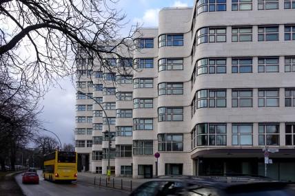 Das Shell-Hochhaus in Berlin. Der Gebäudekomplex erzeugt durch die Höhenstaffelung und die wellenförmig zurückgesetzte Fassade den Eindruck einer Reihe verbundener Häuser.