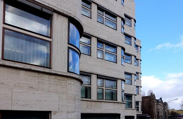 Das Shell-Hochhaus in Berlin. Die abgerundete Form der Fassade gibt dem Gebäude seine Einzigartigkeit. Zahlreiche Details sind heute wieder im Originalzustand zu bewundern.