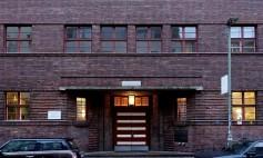 Ehemalige jüdische Mädchenschule in Berlin. Die horizontal gegliederte, symmetrische Fassade aus dunkelroten Eisenklinkern und der seitliche Anbau mit vertikalen Fensterbändern weist die typischen Merkmale des Bauhausstils auf.