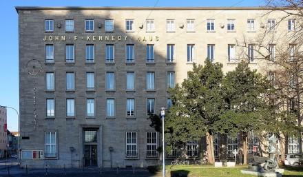 Die Gebäudefassade weist eine einfache und regelmäßige Fensteranordnung auf. Typisch für die Zeit wird allein durch größere Fenster das Erdgeschoß repräsentativ hervorgehoben. Die obere Fensterreihe ist kleiner ausgeführt. In den fünfziger Jahren war man noch weit davon entfernt, die repräsentativen Chefbüros in den oberen Gebäudeteilen anzusiedeln.