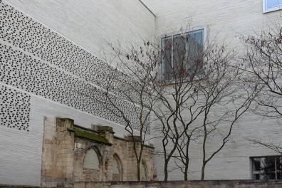 Eine durchbrochene Fassade und große Fenster schaffen Atmosphäre.