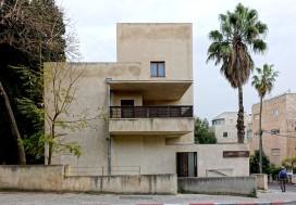 Bonem-Haus in Jerusalem. Das Gebäude setzt sich ausschließlich aus einfachen kubischen Formen zusammen.