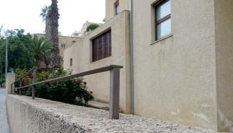 Bonem-Haus in Jerusalem. Auch die abgestufte Außenmauer folgt dem Höhenverlauf der Straße.