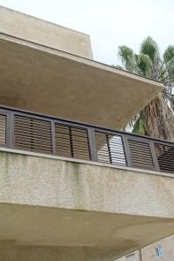 Bonem-Haus in Jerusalem. Überdachte und damit beschattete Balkons. Die Belokgeländer haben verstellbare Lamellen.