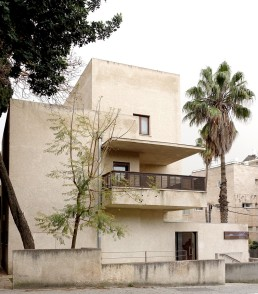 Bonem-Haus in Jerusalem. Inneinander versetzte kubische Baukörper bilden die Grundform des Gebäudes.