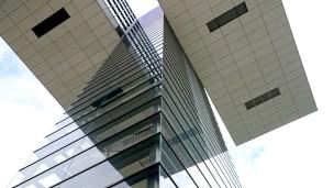 In 40 Meter Höhe ragen zwei Gebäudeteile quer in Richtung Rhein, nur unterstützt von einem schmalen Treppenturm.