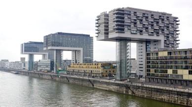 Wie übergroße Skulpturen beherrschen die drei Gebäude das Stadtbild am linken südlichen Rheinufer in Köln. Die Form scheint den früheren Hafenkränen nachempfunden zu sein