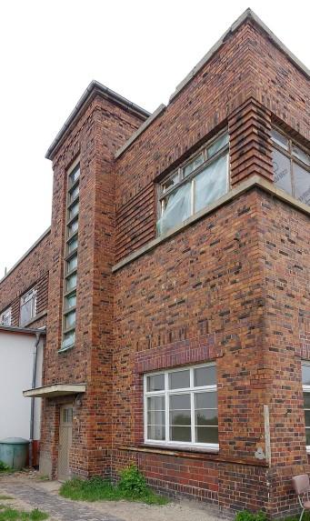"""Der Milchhof in Arnstadt. Das Treppenhaus ist als Scheibe in den Verwaltungstrakt eingeschoben und zeigt das Bauhaus-typische """"Thermometer-Fenster"""""""