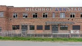 Der Schriftzug an der langen Gebäudefront ist noch original von 1928, teilweise mit einem Test für die Restaurierung der Farbgebung. Im Erdgeschoß haben erste Wiederherstellungsarbeiten begonnen.