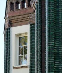 Darmstadt, Haus Behrens. Grüne Klinkerbänder zieren die Fassade.