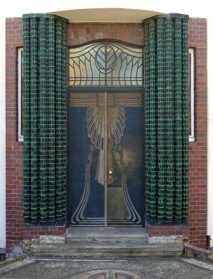 Darmstadt, Haus Behrens auf der Mathildenhöhe. Die Türen und Tore sind typisch für die Zeit überschwänglich dekoriert.