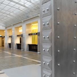 Postsparkassengebäude in Wien. Im zentralen Kassensaal erzeugen Aluminiumeinbauten und das große Glasdach ein für die damalige Zeit futuristisches Flair.