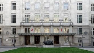 Wien, Postsparlkasse. Das Hauptportal bleibt klassisch schlicht. Die schlanken Aluminiumsäulen des Vordachs waren 1906 hoch innovativ.