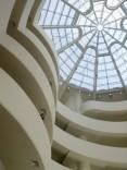 Die große Glaskuppel über dem spiralförmig ansteigenden Rundgang vermittelt das Raumgefühl einer Kathedrale.