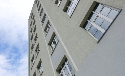 Die Gebäudefassade wurde nach dem zweiten Weltkrieg in vereinfachter Form wieder hergestellt.