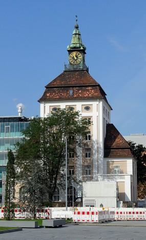 Der Pützer-Turm im Werksgelände von Merck erreicht durch das aufgesetzte Steildach und den Uhrturm eine beeindruckende Höhe von 40 Metern. Als Hochhaus galt der Bau mit sechsGeschossen jedoch noch nicht.