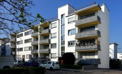 Siedlung Karlsruhe-Dammerstock. Das von Walter Gropius entworfenen Mehrfamilienhaus ist inzwischen vorbildlich saniert.