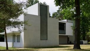 Dessau: Die neuen Meisterhäuser stehen im Kontrast zu den bereits ab 1993 im historischen Originalzustand wieder hergestellten Gebäuden.