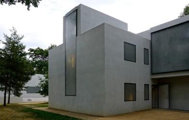 Konzentriert nur auf die äußere Form machen die Gebäude die Kubatur der Häuser neu erlebbar.