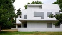 Dessau: In den Neubauten der Meisterhäuser sind nur noch die Formen der Gebäudes wiedererstanden. Die Fensteröffnungen wurden mit großflächigen Milchglasscheiben geschlossen und erzeugen einen abweisenden und zugleich skulpturalen Eindruck