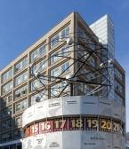 Zusammen mit der Weltzeituhr von 1969 bilden die Häuser die Kulisse für einen der beliebtesten Treffpunkte in Berlin