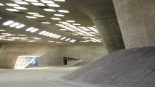 Die Durchgänge zwischen den massiven Stützen erzeugen eine eignetümlich Atmosphäre.
