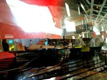 """Auch im Inneren geht es mit dem futuristischen Ambiente weiter. Die sich verändernden Perspektiven durch die schrägen Wände, die farbige Beleuchtung, die Reflexionen und die Ausblicke bieten einen würdigen Rahmen für die auch schon """"fliegendes Klassenzimmer"""" genannte Wissenschaftsausstellung."""