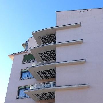 Die seitlich angebrachten Balkons sind eine Reminiszenz an die Bauhausarchitektur.