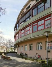 Die Fassade zur Bismarckstraße hin.