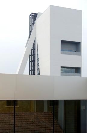 Fondazione Prada in Mailand. An der Stelle des alten Getreidespeichers steht jetzt ein mehrstöckiger, weißer Neubau, der die Form des Speichers wieder aufnimmt.