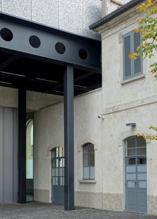 Fondazione Prada in Mailand. Immer wieder begegnen sich Alt und Neu auf dem weitläufigen Gelände.