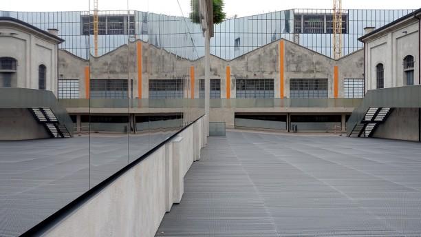 Fondazione Prada in Mailand. Die hypermoderne Ausstellungshalle hat teilweise verspiegelte und aufklappbare Außenfassaden und steht im Kontrast zu den Hallen des alten Industriegeländes.