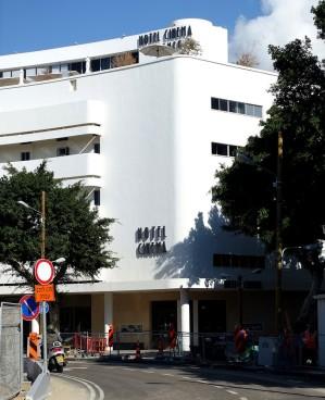 Das zum Hotel umgebaute Cinema Esther am Dizengoff-Platz ist das bekannteste Gebäude des Ensembels. Architekt war Yehuda Magidovitch, der das Gebäude nach den Vorgaben von Genia Averbuch entwarf.