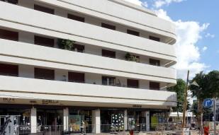Die Gebäude am Dizengoff-Platz haben im Erdgeschoß Geschäfte und in den oberen Etagen meist Büros und zum Teil Wohnungen.