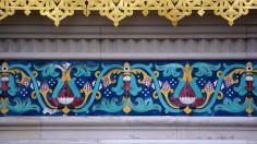 Der umlaufende Fries und die Ausschmückungen an den Zwiebeltürmen wurden aus handgefertigten Kacheln der Firma Villeroy und Boch in Mettlach hergestellt.