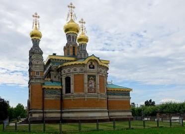 Auf der Darmstädter Mathildenhöhe wurde eigens für den Kirchenbau Heimaterde aus allen russischen Verwaltungsbezirken aufgeschüttet. Um in die Kirche zu gelangen, betritt der Besucher also russische Erde.