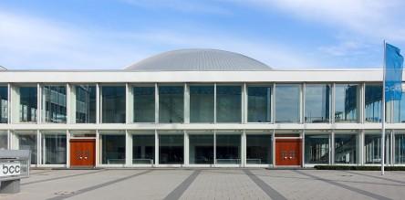Berlin, Kongresshalle. In der transparenten Architektur der Halle scheint sich die Kuppel nach Innen fortzusetzen.