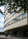 Kaufhaus Schocken in Chemnitz. Während der Renovierung 2010-2014 wurde die Natursteinverkleidung der Fassade wieder hergestellt.