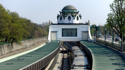 Wien, Stadtbahn. Der eigens für den österreichischen Kaiser errichtete Pavillion in Hietzing verfügt über einen separaten Bahnsteigzugang.