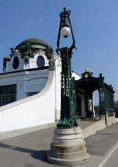 Wien, Stadtbahn. Der Bau des Kaiser-Pavillons an der Bahnstation in Hietzing direkt vor dem Schloss Schönbrunn war eine Eigeninitiative des Architekten Otto Wagner. Der kleine Wartesaal mit einem extra Arbeitszimmer, separatem Bahnsteigzugang und überdachter Kutschen-Vorfahrt ist im feinsten Jugendstil dekoriert.