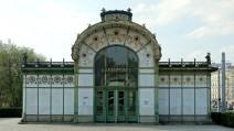 Wien, Stadtbahn. Feinste Jugendstil Ornamente machen den Pavillion am Karlsplatz zu einem architektonischen Kleinod.