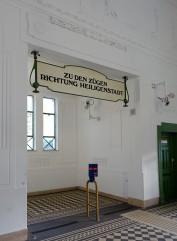 Wien Stadtbahn. Nicht nur die äußere Erscheinung der Gebäude, auch die Innenausstattung und zahlreiche Details an Geländern, Lampen und Fußböden fügen sich in das Gesamtkonzept ein.